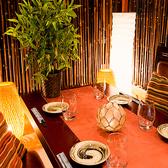 扉で仕切られた完全個室席は関内での接待やデートにも最適のプライベート個室空間となっております。木の温もり溢れる個室空間は落ち着いた雰囲気となっており、当店のこだわりの食材を使用した美食を彩る憩いの個室空間となっております♪最大3時間飲み放題付きの宴会コースは2,980円~各種ご用意しております♪