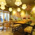 他より少し背の高いバル感覚のテーブル席!美味しい本格タイ料理とお酒を飲みながら仲間内で語らいましょう♪