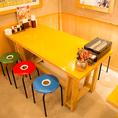 テーブル席はレイアウト可能!机をくっつければ宴会仕様にも◎明るく活気のある店内でお食事をお楽しみいただけます。