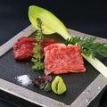 料理メニュー写真霜降り肉ともも肉のお造り 季節の薬味