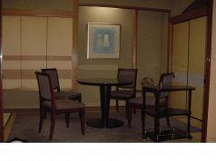 2~4名様は丸テーブルで椅子席のご用意も。