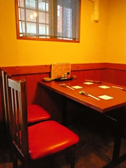 4名様席と2名様席が2卓ございます。