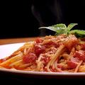 料理メニュー写真モッツァレラチーズとバジルのトマトソースパスタ
