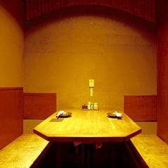 【2名様向け】デートにも友人お二人にぴったりなお席です。ゆったりとのんびりできる空間です。ちょっとした飲み会や二軒目、お食事等に是非ご利用ください。ご希望のお席がございましたらお気軽にお問合せください。席のみ予約可能です!