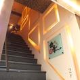 流川通り。階段をのぼると味わえる空間。翌朝6時まで営業。
