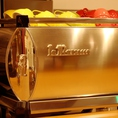 世界中のバリスタに愛されているエスプレッソマシンン『ラ マルゾッコ』を使用しています。至福の一杯を是非お試し下さい!