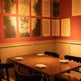 【テーブル席/90席】メインフロアは赤色の壁が印象的で、雰囲気重視のお客様にもおすすめ!おしゃれなプレートを壁に飾るなど、様々なインテリアを楽しめる空間です。全90席をご用意。各テーブル席は、ゆったりとお座りいただけます。デートや女子会、気の合う仲間と飲み会など少人数から、貸切パーティーまで承ります♪