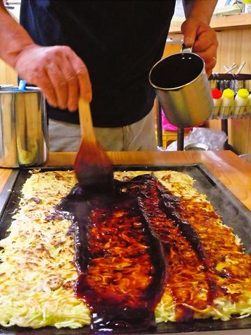 味と心を焼いて50年!地元民、学生に愛される大判のお好み焼き店。