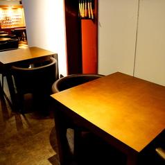 静かにお酒をたのしみたい方にも、カウンター横のテーブル席を設けております。