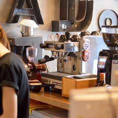 ニューヨークのカフェタイムを再現したカフェ。NY・ブルックリンで長年愛され続ける「ブルックリンラガー」をはじめとしたクラフトビールや、オーガニックコーヒー、ヘルシードリンクなど素材にこだわったメニューが揃っています♪