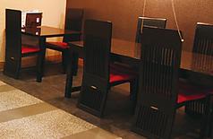 テーブル席もございます(4名×2、2名×1)