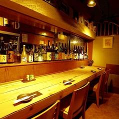 カウンター席はお一人様~でもゆっくりと楽しめる♪日本酒や地酒、焼酎は種類豊富にご用意しております。お酒によく合う逸品料理も多数ございます。おひとり様でも最後まで飽きることなくお食事とお酒をご堪能いただけます。是非ご来店ください。
