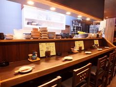 カウンターは全6席!店主と日本酒について語らいながら飲むならこの席がオススメ