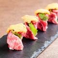料理メニュー写真生ウニの和牛肉巻き(4個)
