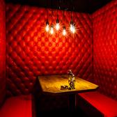 BOX席。3方向壁で仕切られているので、女子会やデートなど落ち着いておしゃべりしたいディナータイムに♪