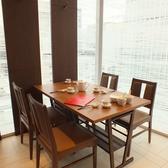 窓際のお席からは銀座中央通りの景色を望めます。我々、鼎泰豐は今後もお客様のご満足を第一に、今後もクオリティーとサービス向上、安心、安全にこころがけさらなる美味しさを目指します。世界10大レストランに選ばれたレストラン★ 日本最大級の鼎泰豊銀座店へ是非一度お越しください。