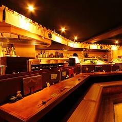 オープンキッチンのカウンターも人気の1つ。友人や同僚と語らうのに最適な場所☆今宵はお酒を片手に乾杯!