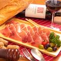料理メニュー写真イタリア産プロシュートのてんこ盛り
