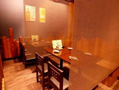 4名様掛けテーブルは仕切りで半個室としての利用もOK!
