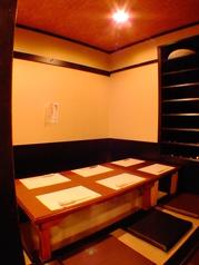 掘りごたつ席は仕切りを利用して半個室風にもご利用いただけます。会社宴会や接待にご利用ください。