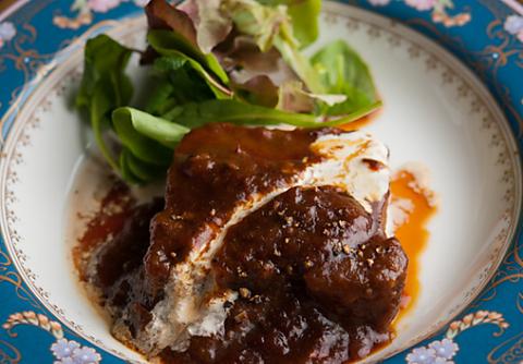 老舗ホテル出身マスターによる、感性と高い技術力をいかした魅力的な肉料理の数々。