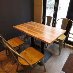 4名掛けの開放的なテーブル席です。