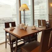 カップルにおすすめの窓際のお席になります。我々、鼎泰豐は今後もお客様のご満足を第一に、今後もクオリティーとサービス向上、安心、安全にこころがけさらなる美味しさを目指します。世界10大レストランに選ばれたレストラン★ 日本最大級の鼎泰豊銀座店へ是非一度お越しください。