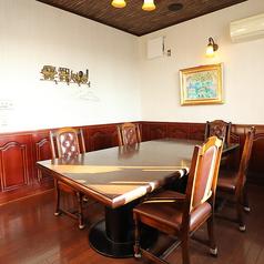 入口を右手に入ると広々とした空間とは別に貸し切りもできる個室風のお部屋がございます。全部で3つのテーブルです♪1部屋は2テーブルあるお部屋(半個室風)と、もう一部屋は6席1テーブルの個室です。尚、半個室風のお席は2テーブルで、仕切りがございませんので個室とは異なりますのでご注意ください。