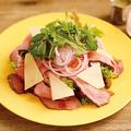 料理メニュー写真ローストビーフとグリュエールチーズサラダ