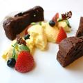 料理メニュー写真温かいチョコレートのケーキとバニラアイス