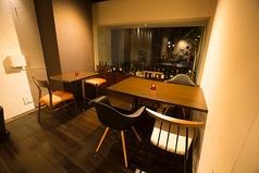 開放感のある窓際の席。テーブル席は2名様から最大25名様までレイアウト自由♪貸切などのご相談も喜んで承ります。
