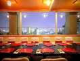 【宴会場】千景…夜の千景です。大きな窓からは、神戸の夜景が楽しめます。テーブルを入れ替えて、お座敷席にも変更可能です。