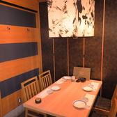 【テーブル個室】4名様~最大16名様までOKの洋室の個室です。落ち着いた空間でゆったりと宴会や会食、接待、会社の懇親会などにも最適なテーブルのお席です。少人数~大人数までご利用いただけます。ご予約はお早めにお願い致します。お席のみのご予約も大歓迎です。 [海鮮居酒屋 和食 個室]