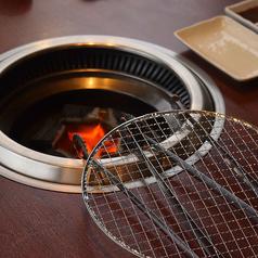 炭焼きで食べるとお肉の無駄な脂が落ちてヘルシーです。お勧めの焼き方は、ぜひスタッフにお尋ねを。