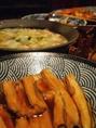 毎日食べても飽きない逸品を味わえる【わらべ園の名物おばんざい】380円(税抜)~!常時5~6種類の大皿料理がカウンターに並びます。単身赴任の方や家庭の味が恋しい方にもおすすめ♪おばんざい3品盛り合わせ700円(税抜)も人気!