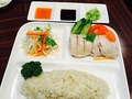 料理メニュー写真3種類のお好きなソースをかけていただく『海南鶏飯』