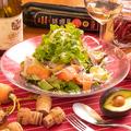 料理メニュー写真サーモンとアボカドのチーズサラダ