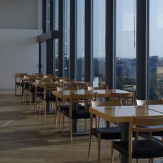 窓際のテーブル席は、景色を眺めながらのお食事をお楽しみ頂けます!