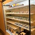 新鮮な生野菜を使用したサラダやドレッシングの種類も様々ご用意しております。サラダは小さなグラスに入っていて取りやすい!