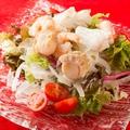 料理メニュー写真海の幸(海老、スルメイカ、ホタテ貝柱)と野菜のサラダ