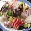 長崎県・平戸に自社漁場を持つ当店。栄養豊かな水域環境と徹底的な安全管理のもと、本鮪、ひらまさ、ブリなどをはじめとした上質な魚介を育てております。その平戸から直送される自社ブランドの海の幸「極海一番」の新鮮さと美味しさをぜひお確かめください。