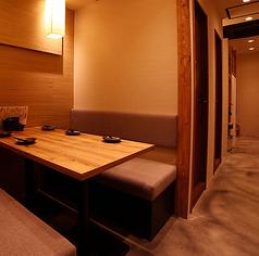 2~6名様迄、最大6名様迄着席可能なテーブルタイプの半個室もあり♪ 店内は大小テーブル席や個室・配されたゆとりのある空間です。