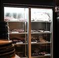 肉ショーケース『道産黒毛和牛熟成肉やA4ふらの和牛、道産豚肩ロースなど』