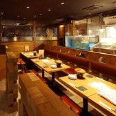店内中央の4名様から最大12名様のテーブル席!新鮮なお魚達が泳ぐ当店自慢のいけすを眺めながら活気のある雰囲気お楽しみ頂けるお席です!ワイワイ楽しいご宴会に是非♪