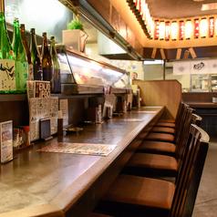 【1Fカウンター席】大きなオープンキッチンをぐるっと囲むようにあるカウンター席は人気です!おひとり様でもお気軽にご飲食いただけます