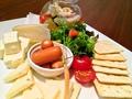 料理メニュー写真チーズの盛合せ&自家製ピクルス (half)