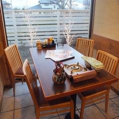 窓際のテーブル席です。