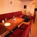 2名様から最大10名様までOKのテーブル席です。赤い椅子とソファが人気のお席です!!
