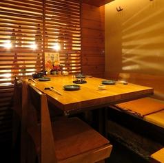 ロフトの下、4名がけのテーブルを4席ご用意。席をつなげて8名~12名様でのご使用も可能です。