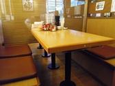 テーブル席は、人数に応じて仕切ることもできる。